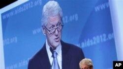 Mantan Presiden Bill Clinton memberikan sambutan pada hari terakhir konferensi AIDS internasional di Washington, DC (27/7).