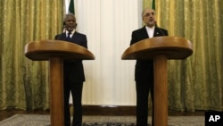 Menteri Luar Negri Iran Ali Akbar Salehi (kanan) dan utusan PBB, Kofi Annan, menggelar konferensi pers bersama seusai pertemuan di Tehran, Iran (10/7).