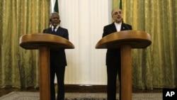 Utusan PBB Kofi Annan (kiri) melakukan konferensi pers bersama Menteri Luar Negeri Iran Ali Akbar Salehi di Teheran (10/7).