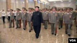 ຜູ້ນຳເກົາຫລີເໜືອ ທ່ານ Kim Jong Un ປາກົດວ່າ ຍ່າງຂາເຄ