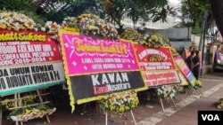 Berbagai karangan bunga yang merupakan dukungan warga kepada KPU. (VOA/Sasmito)