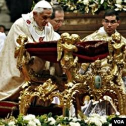 Sri Paus Benedictus XVI dalam Misa malam Natal basilika Santo Petrus, Vatikan, 24 Desember 2010.