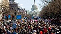 """Учасники """"Маршу за наші життя"""" поблизу Капітолію у Вашингтоні, округ Колумбія, в суботу, 24 березня 2018 р."""