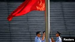 지난해 8월 중국 지난성 중급인민법원에서 중국의 국기인 오성홍기가 게양되고 있다. (자료사진)
