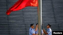 Cảnh sát kéo cờ trước Tòa án Nhân dân Phúc thẩm Tế Nam.