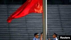 Drapeau chinois en face de la Cour populaire de Jinan