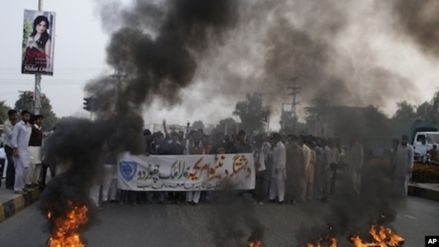 Pakistani protesters shout slogans against America and NATO in Lahore, Pakistan, November 26, 2011.
