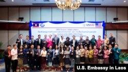 ພາບຖ່າຍຮ່ວມກຸ່ມ ບັນດາເຈົ້າໜ້າທີ່ ຈາກສະຖານທູດ ສະຫະລັດ ປະຈຳ ລາວ ແລະບັນດາຜູ້ຕາງໜ້າ ລັດຖະບານ ສປປ ລາວ ໃນພິທີປິດ ໂຄງການ USAID LUNA II ຢ່າງເປັນທາງການ ໃນນະຄອນຫຼວງ ວຽງຈັນ, ວັນທີ 22 ມີນາ 2019.