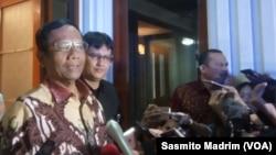 Menteri Koordinator Politik, Hukum, dan Keamanan Mahfud MD di kantor Kemenko Polhukam, Jakarta, Kamis, 16 Januari 2020. (Foto: Sasmito Madrim/VOA)