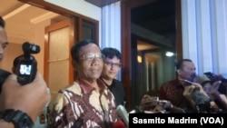 Menteri Koordinator Politik, Hukum, dan Keamanan Mahfud MD saat menjawab sejumlah pertanyaan wartawan di Jakarta, di kantor Kemenko Polhukam, Kamis, 16 Januari 2020. (Foto: Sasmito Madrim/VOA)