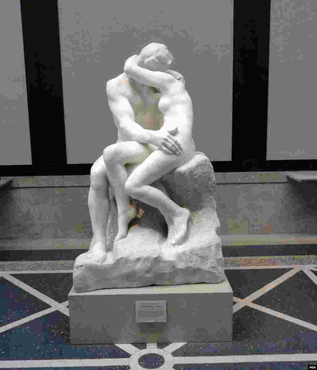 """Bản sao chép của Henri Greber bức tượng """"Nụ hôn"""" của Rodin là trọng điểm của viện bảo tàng. (Z.Hoke/VOA)"""
