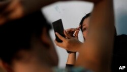 Remaja-remaja pekerja seks di Bandung, Jawa Barat. (AP/Dita Alangkara)