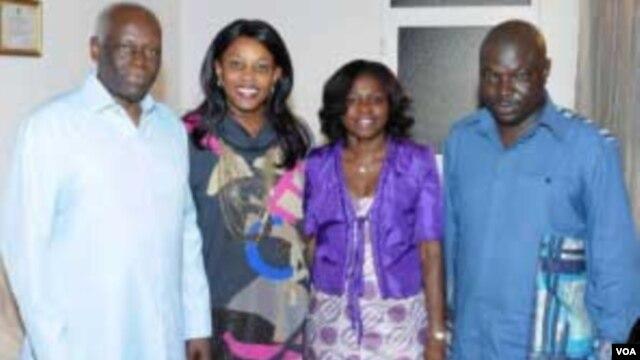O silêncio da família. Eduardo dos Santos e Bento Kangamba ladeados pelas suas esposas.