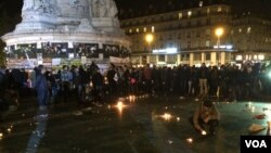 People return to the Place de la Republique in Paris square in Paris, France after panic spread about another possible attack, Nov. 15, 2015. (Photo - D. Schearf/VOA)