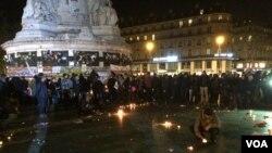 Orang-orang kembali ke Place de la Republique di Paris, setelah kepanikan menyebar tentang kemungkinan adanya serangan susulan, 15 November 2015. (Photo: D. Schearf / VOA)