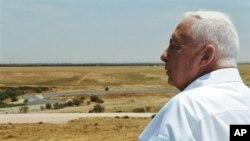 အစၥေရးဝ္ႀကီးခ်ဳပ္ေဟာင္း Ariel Sharon Nitzanim ဂ်ဴးအေျခခ်ေနထိုင္သူ ေထာင္ေပါင္းမ်ားစြာ ေနထိုင္ဖို႔ ရည္မွန္းထားတဲ့ ကမ္းေျမာင္ေဒသကို ၾကည့္ေနစဥ္။ (ေမ ၁၇၊ ၂၀၀၅)