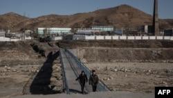 지난 2017년 11월 북한 함경북도 김책시 인근 마을에서 하천이 가뭄으로 바닥을 드러냈다.