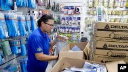 Una empleada de una tienda de suministros médicos acomoda unas mascarillas en Sao Paulo, Brasil, el miércoles 26 de febrero de 2020. (AP Foto/André Penner)