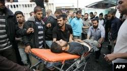 Một phiến quấn Hồi giáo Jihad bị thương trong vụ Israel oanh kích trên Dải Gaza đang được đưa vào bệnh viện al-Najar, ngày 29 tháng 10, 2011