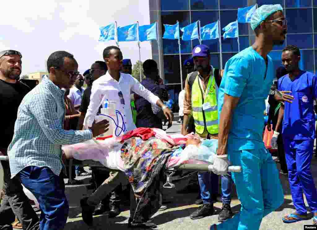 ក្មេងស្រីសូម៉ាលីម្នាក់ដែលរងរបួសនៅក្នុងការបំផ្ទុះគ្រាប់បែករថយន្តនៅផ្លូវបំបែក Afgoye ត្រូវបានបញ្ជូនតាមយន្តហោះទៅព្យាបាលនៅក្នុងប្រទេសតួកគី នៅព្រលានយន្តហោះអន្តរជាតិ Aden Abdulle នៅក្នុងក្រុង Mogadishu។