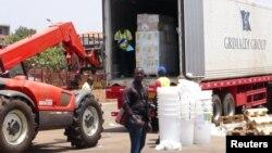 Pekerja dari organisasi 'Doctors Without Borders' menurunkan obat-obatan untuk mengatasi wabah Ebola di Conakry, Guinea (23/3).
