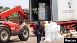 지난 23일 아프리카 기니 코나크리에서 '국경 없는 의사회'가 지원한 에볼라 바이러스 환자용 의약품을 내리고 있다.