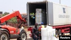 국경없는 의사회가 기니 에볼라 바이러스 출현 지역에 의료물품을 하역하고 있다 (자료사진)