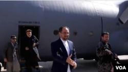 صلاح الدین ربانی حین پایین شدن از طیارۀ نظامی در میدان هوایی فیض آباد - بدخشان