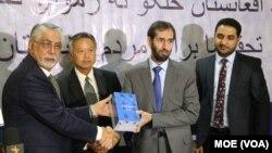 کتابهای آموزشی انگلیسی طی مراسمی به روز سه شنبه به مقامهای وزارت معارف تحویل داده شد