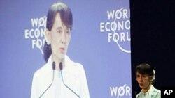 방콕에서 열리고 있는 동아시아 세계경제포럼에서 연설하는 아웅산 수치 여사.
