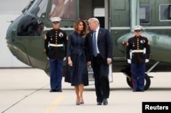 ملف - الرئيس الأمريكي دونالد ترامب والسيدة الأولى ميلانيا ترامب يمسكون أيديهم ويتحدثون وهم يسيرون من طائرة مروحية واحدة إلى طائرة سلاح الجو واحد في مطار جون مورتا جونستاون-مقاطعة كامبريا قبل مغادرة جونستاون ، بنسلفانيا ، سبتمبر 11 ، 2018.