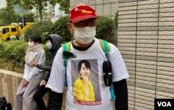 73岁的香港市民李先生穿上被军方软禁的缅甸国务资政昂山素姬头像的T恤,到西九龙裁判法院大楼声援47名民主派人士,认为他们与昂山素姬一样,都是政治犯 (美国之音/汤惠芸)