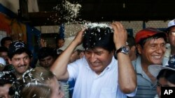 Tổng thống Evo Morales của Bolivia đến phòng bỏ phiếu trong vùng Chapare, Bolivia, 12/10/14