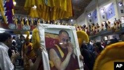 與會者舉著精神領袖達賴喇嘛的肖像