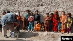 Anak-anak antri untuk menerima vaksinasi dalam kampanye anti-polio di pinggiran wilayah Jalalabad, Afghanistan (11/2).