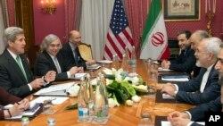Ngoại trưởng Mỹ John Kerry tại cuộc họp về chương trình hạt nhân của Iran với Bộ trưởng Ngoại giao Mohammad Javad Zarif Iran ở Lausanne, Thụy Sĩ, ngày 17/3/2015.