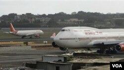 Pesawat-pesawat maskapai Air India di bandara internasional Mumbai, India. Pihak penerbangan sipil India telah memeriksa lisensi 4.000 pilot.