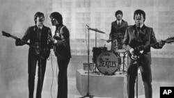 John Lennon (kanan) dan rekan-rekannya dari 'The Beatles' saat beraksi dalam pertunjukan (foto: dok).