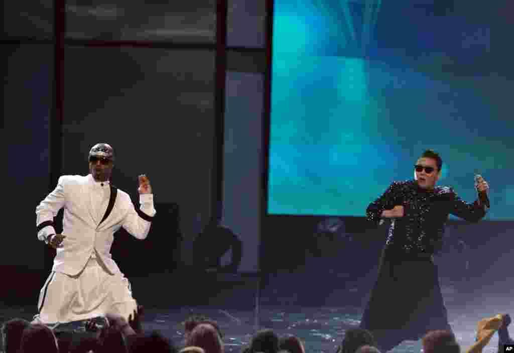 """MC Hammer,izquierda, baila mientras PSY interpreta su popular """"Gangnam Style""""."""