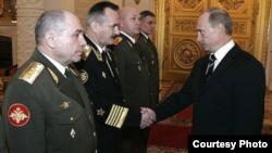 Генерал Ткачев (слева) на встрече с Владимиром Путиным, архивное фото