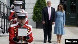 Presiden Amerika Serikat Donald Trump didampingi ibu negara Melania Trump di Pelataran Selatan Gedung Putih, Washington, D.C., 22 April 2019.