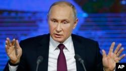 El presidente ruso, Vladimir Putin, dijo el jueves 20 de diciembre de 2018 que la supuesta espía se declaró culpable debido a la amenaza de una larga sentencia de prisión por un caso que calificó de inventado.
