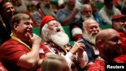 Para Santa tertawa saat belajar semangat Santa di sekolah Santa Charles W. Howard di Midland, Michigan.