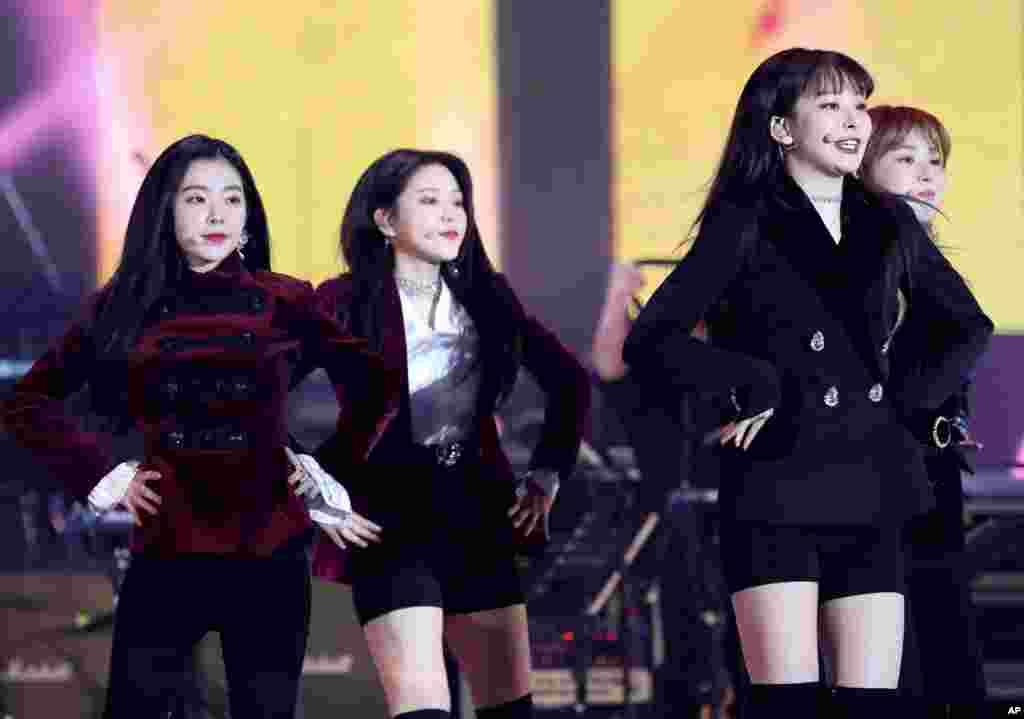 """在韩国和朝鲜歌手2018年4月3日在平壤体育馆举行的联合音乐会上,韩国流行音乐女团""""红色天鹅绒""""(Red Velvet)演出。"""