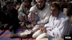 Para warga suku terpencil Pakistan, termasuk korban serangan misil AS, melakukan aksi protes diam di Islamabad hari Kamis, 9 Desember 2010.