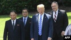 پرزیدنت ترامپ در دیدار با فرستاده کره شمالی، در کنار مایک پمپئو وزیر خارجه ایالات متحده