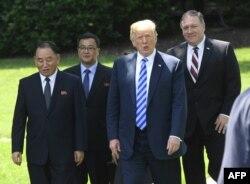 도널드 트럼프 미국 대통령이 1일 백악관에서 김영철 노동당 부위워장 등 북한 대표단과의 면담을 마친 후 대표단을 배웅하기 위해 백악관 밖으로 함께 걸어나오고 있다.