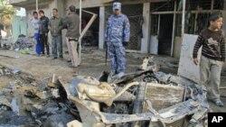 伊拉克安全部队12月22日检查巴格达的一个爆炸现场