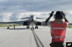 美国空军提供的这张照片显示,一架B1-1轰炸机在关岛的安德森空军基地着陆。(2017年7月26日)