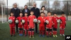 셰이크 살만 빈 에브라힘 알 칼리파 아시아축구연맹회장(뒷줄 오른쪽에서 두 번째)이 지난 23일 북한 평양국제축구학교를 방문했다.